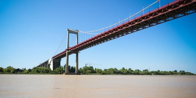 O pont d'aquitaine é uma ponte suspensa acima do rio garonne na frança