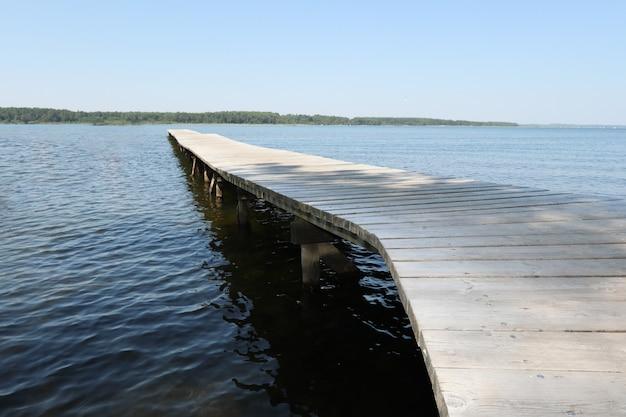 O pontão de madeira no lago