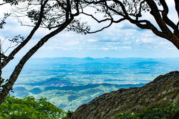 O ponto de vista das montanhas em pha sut pen din no parque nacional pa hin ngam