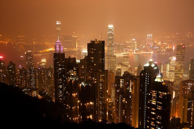 O ponto de vista do pico victiria durante a noite em tom laranja