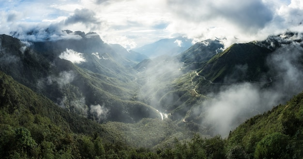 O ponto mais alto da cadeia de montanhas com nevoeiro em tram ton pass, sapa, vietname