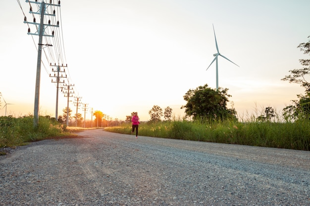 O pôr do sol à noite, a área da turbina eólica gera eletricidade de energia limpa