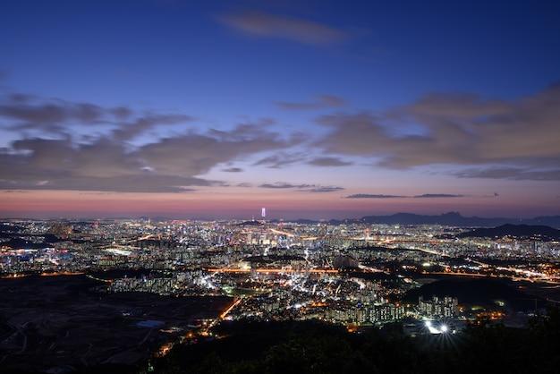 O pôr do sol e a visão noturna de seul a partir de namhansansung