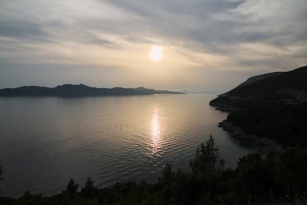 O pôr do sol na costa do mar adriático, croácia