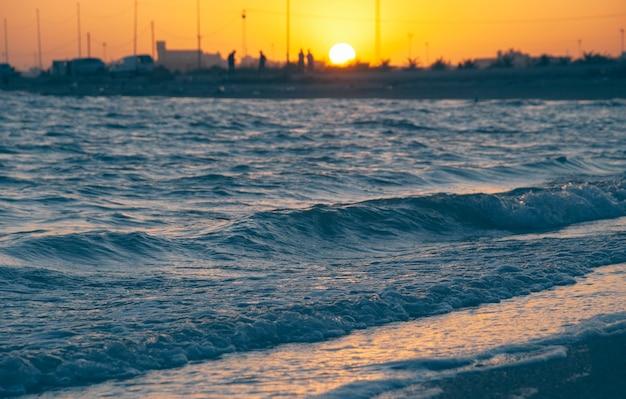 O pôr do sol na costa do mar mediterrâneo na tunísia