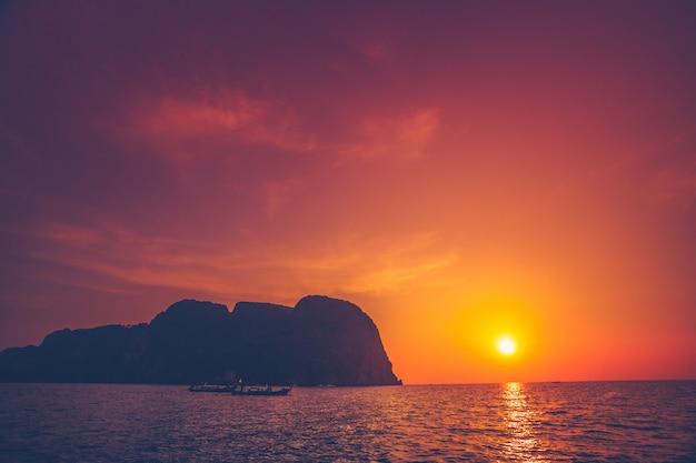 O pôr do sol sobre o oceano e falésias. tailândia