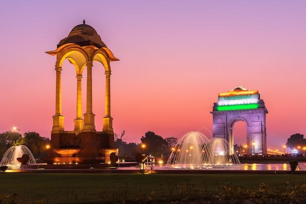 O portão da índia e o dossel, visão iluminada à noite, nova delhi, índia
