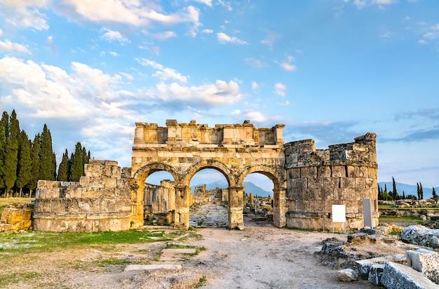 O portão de domiciano em hierápolis-pamukkale. na turquia