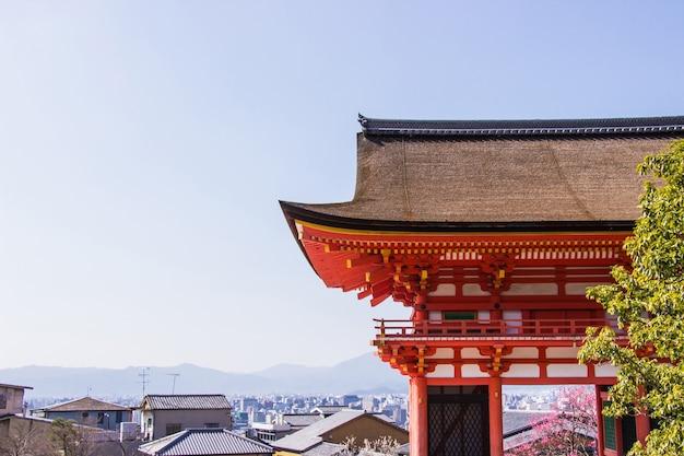 O portão de entrada o templo de kiyomizu-dera durante o tempo de flor de cereja (sakura) vai florescer