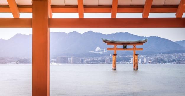 O portão flutuante de miyajima é o destino turístico mais famoso de hiroshima.