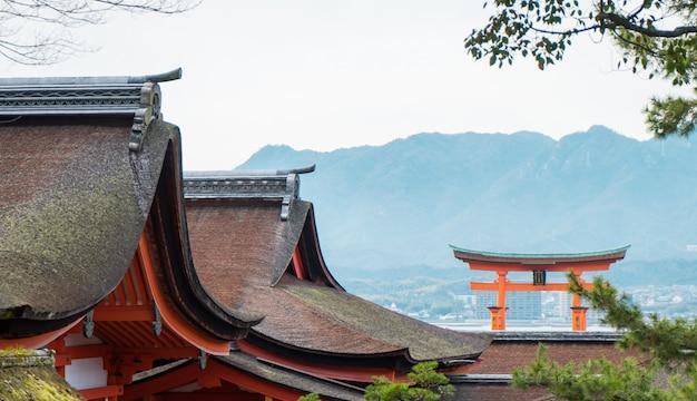 O portão flutuante de miyajima é o destino turístico mais famoso de hiroshima. Foto Premium