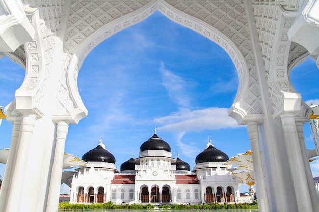 O portão principal da grande mesquita de baiturrahman