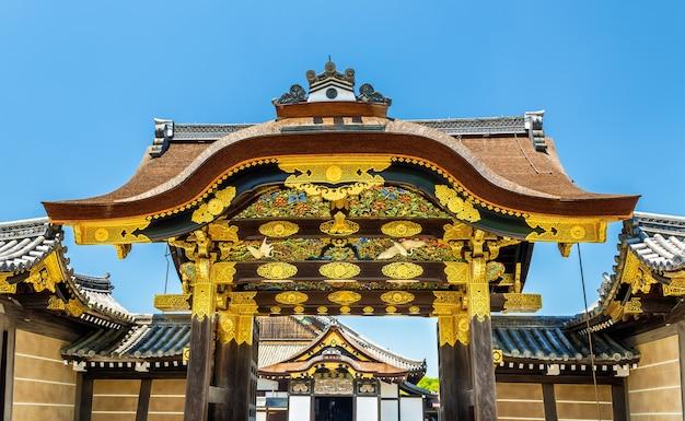 O portão principal karamon para o palácio ninomaru no castelo nijo em kyoto - japão