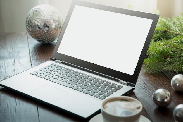 O portátil no interior home para registrar, procura a oferta especial do natal. espaço para texto em exibição. férias de aplainamento.