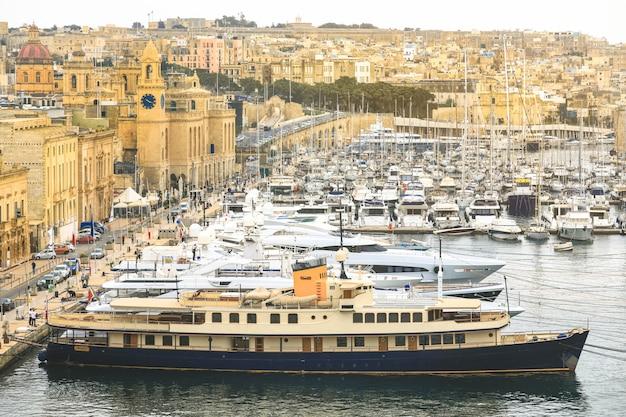 O porto de valletta é uma atração turística popular cheia de cafés e restaurantes.