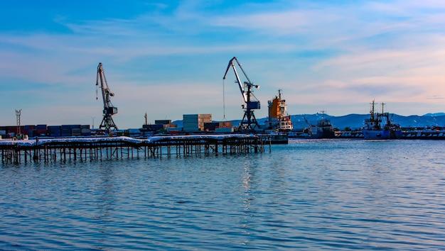 O porto do norte em um dia claro de inverno. foco seletivo. cidade de petropavlovsk-kamchatsky, kamchatka, rússia