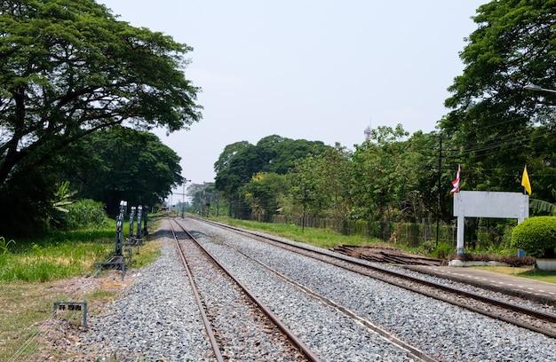 O poste de sinalização da estação ferroviária local antes de cruzar a estrada local localizada perto da área suburbana.
