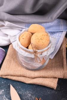 O pote de biscoitos na toalha de mesa