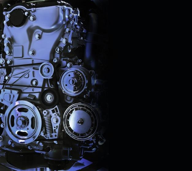 O potente motor de um carro, tom azul