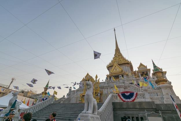 O povo tailandês reza para 6 de março de urano sobre a cidade no templo