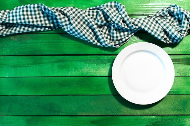 O prato na toalha de mesa quadriculada