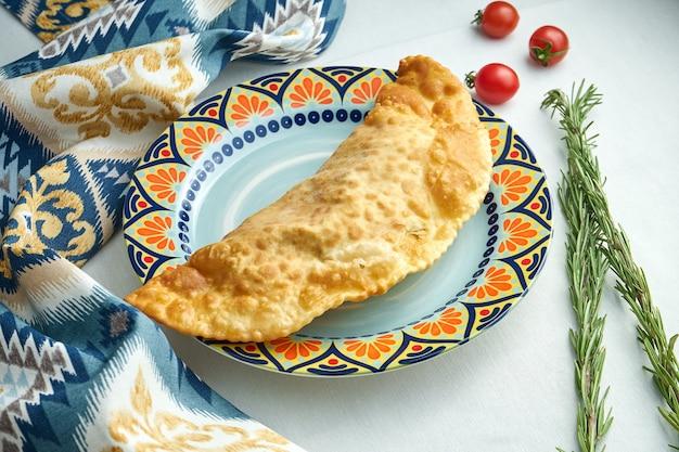 O prato tradicional do cáucaso é o cheburek, uma torta frita em azeite com recheios diversos, principalmente carne ou queijo em prato azul.