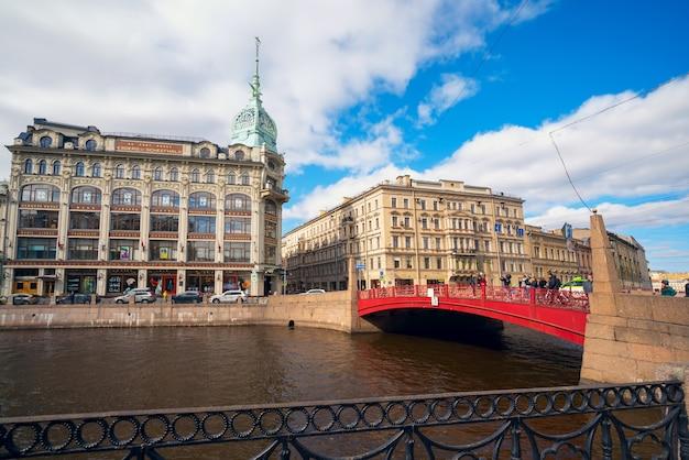 O pré-revolucionário edifício comercial esders e sheitals a ponte vermelha em são petersburgo.