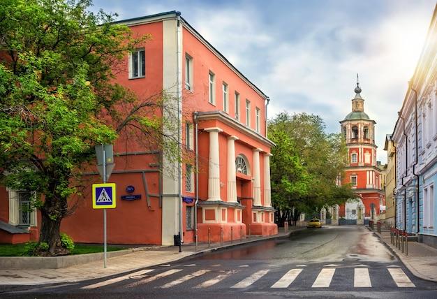 O prédio é uma antiga igreja na rua de moscou