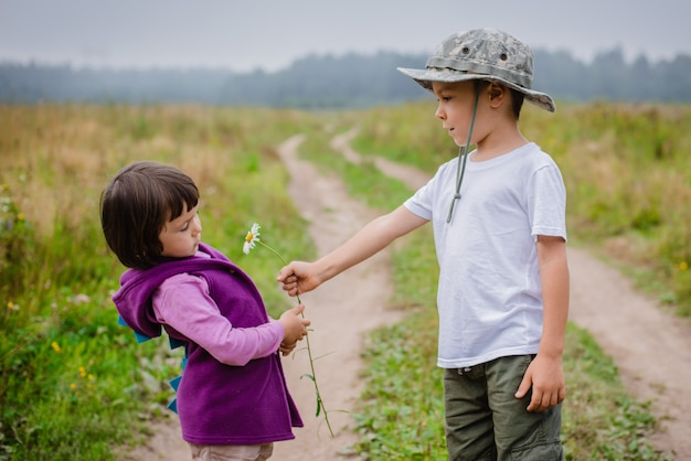 O presente de little boy floresce sua amiga.