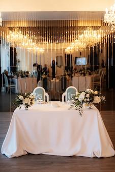 O presidium dos noivos no salão de banquetes do restaurante é decorado