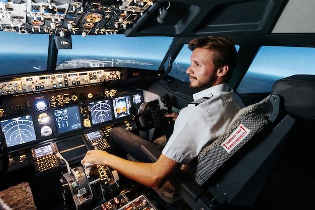 O primeiro oficial está controlando o piloto automático e os parâmetros para o vôo de segurança.