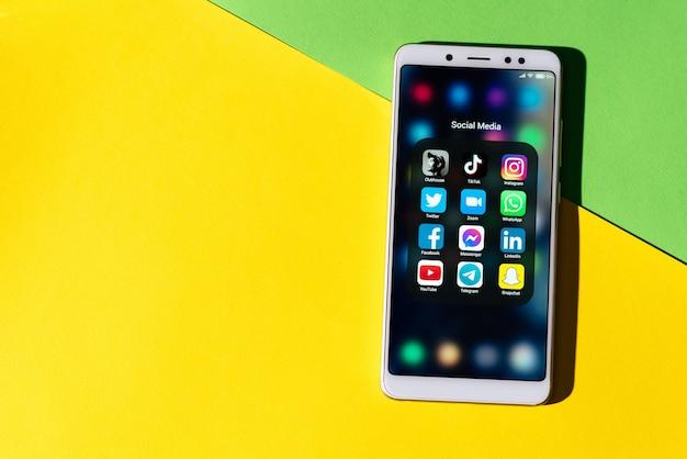 O principal aplicativo popular do clubhouse, tik tok, instagram, facebook, whatsapp, snapchat, youtube, twitter na tela do seu smartphone.