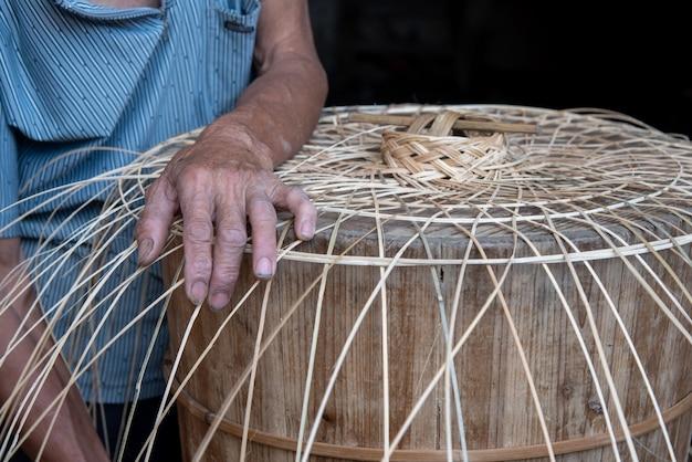 O processo de artesãos tradicionais que fazem o bambu azul com a mão