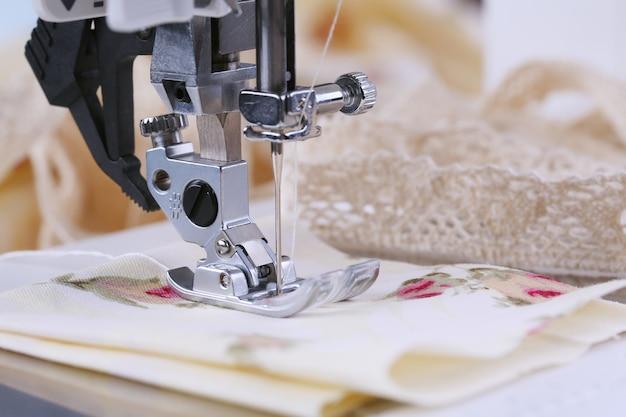 O processo de costura, em uma máquina de costura elétrica. uso doméstico.