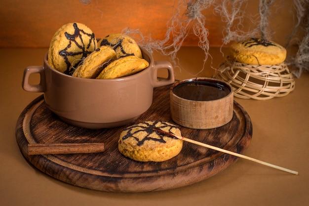 O processo de cozinhar produtos assados para a celebração do halloween