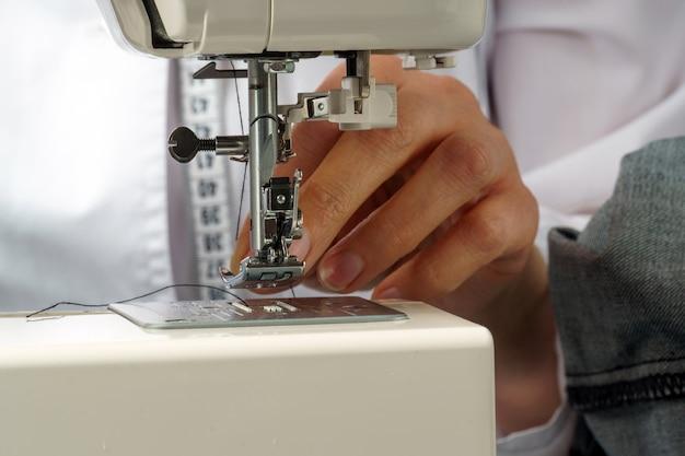 O processo de enfiar a linha na agulha da máquina de costura