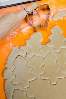 O processo de fabricação de biscoitos e pão de gengibre de natal.