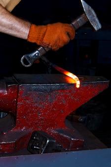 O processo de fabricação de ferraduras para cavalos em forja
