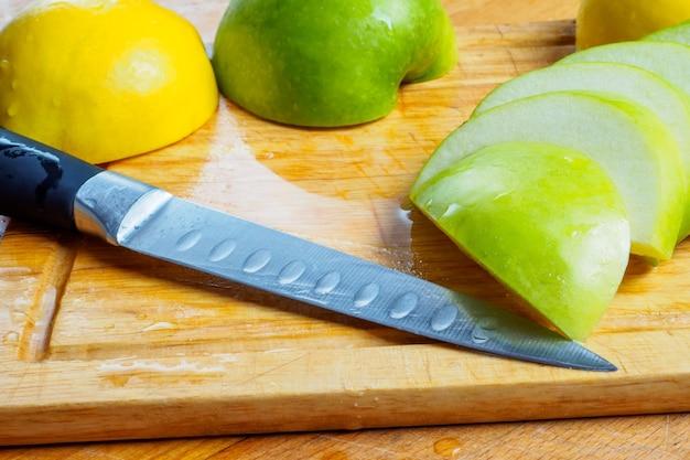 O processo de fatiar maçãs verdes