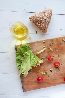 O processo de fazer a salada em casa em um fundo branco. vegetarianismo. estilo de vida saudável.