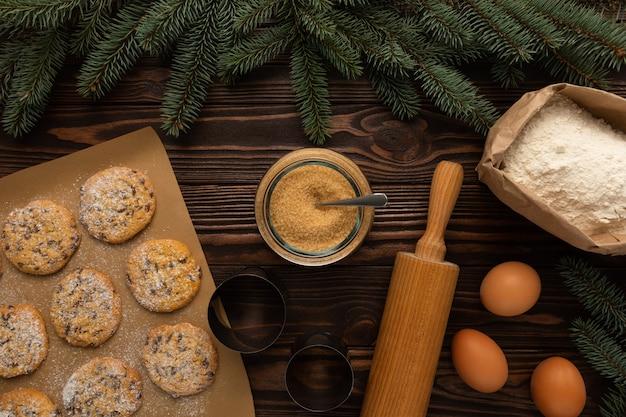 O processo de fazer biscoitos caseiros de natal