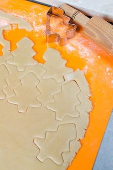O processo de fazer biscoitos e biscoitos de natal.