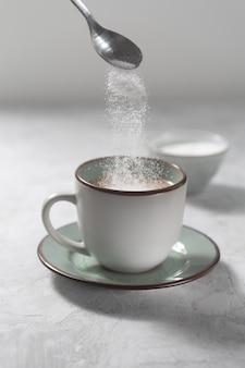 O processo de fazer café com estévia adoçante sem açúcar