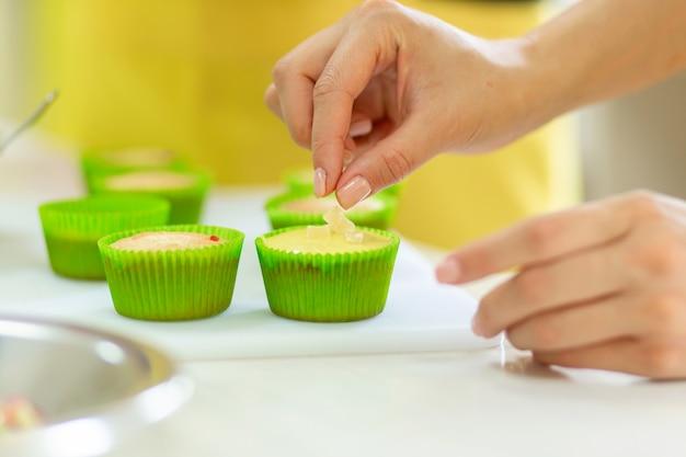 O processo de fazer cupcakes. criação de bolos por chefs de pastelaria profissionais