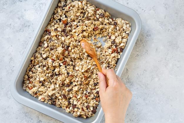 O processo de fazer granola em casa