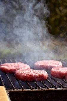 O processo de fazer hambúrgueres na grelha