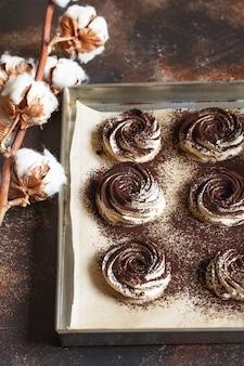 O processo de fazer marshmallow de zéfiro na cozinha da confeitaria