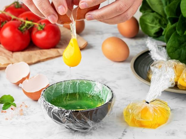 O processo de fazer ovos benedict