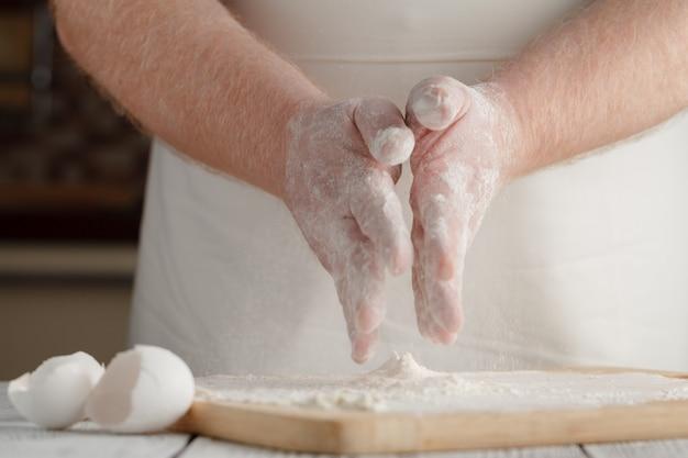 O processo de fazer pão em casa por mãos masculinas