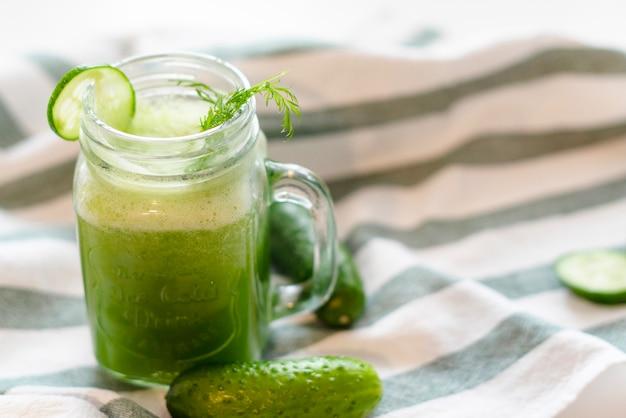 O processo de fazer smoothies de suco ou pepino frescos, smoothies e sucos de desintoxicação, dieta para perda de peso